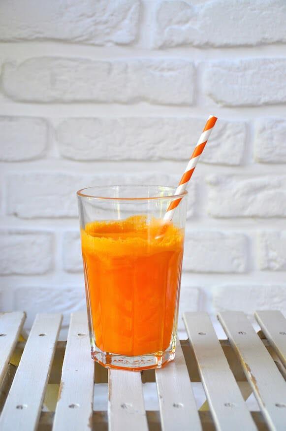Frischer Apfel Orangen Karotten Saft