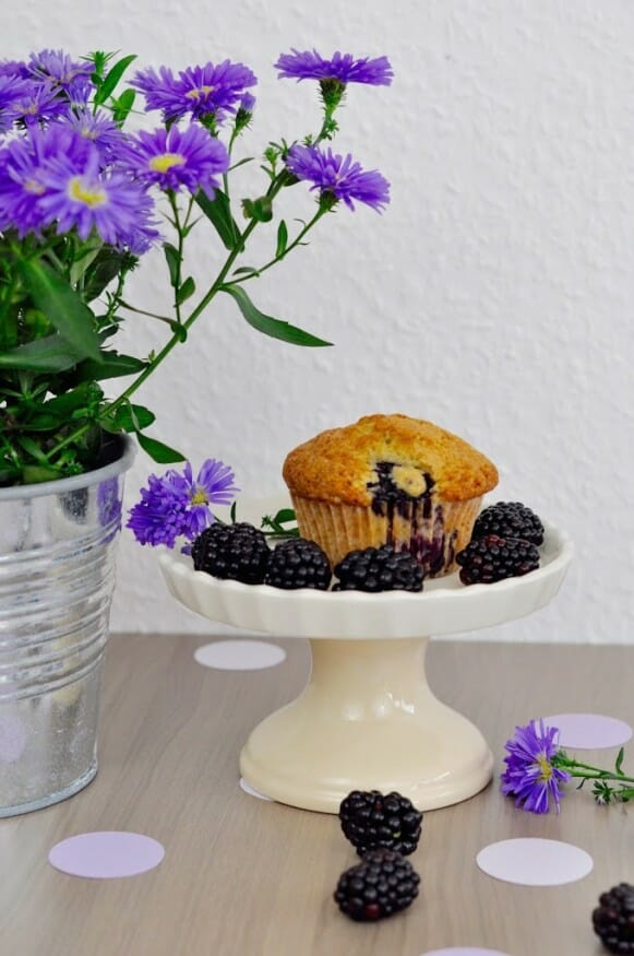 Blumen und leckerer Brombeere Muffin