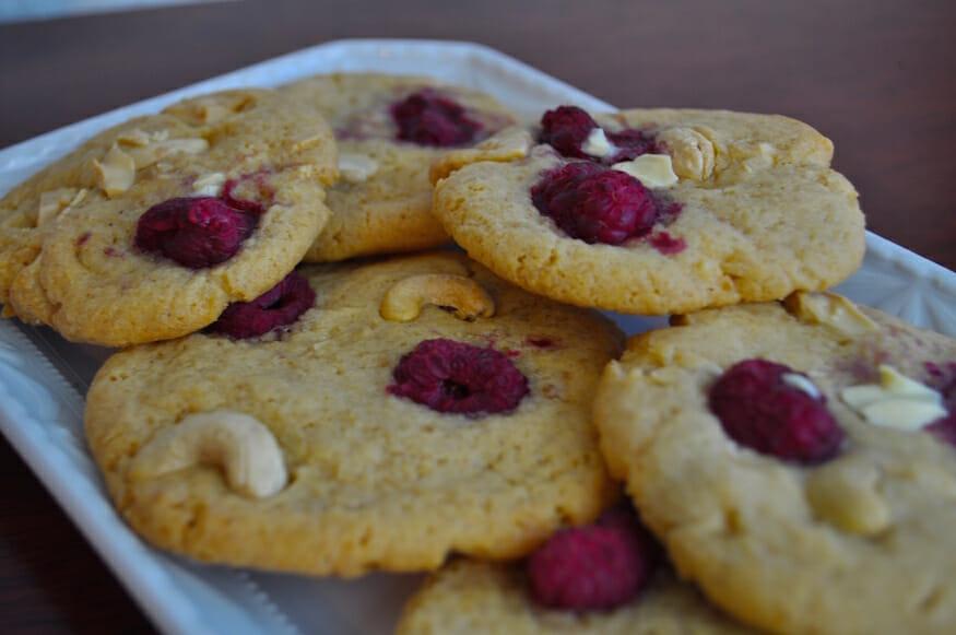 Bunte Cookies - Himbeere, weiße Schokolade und Cashewkerne