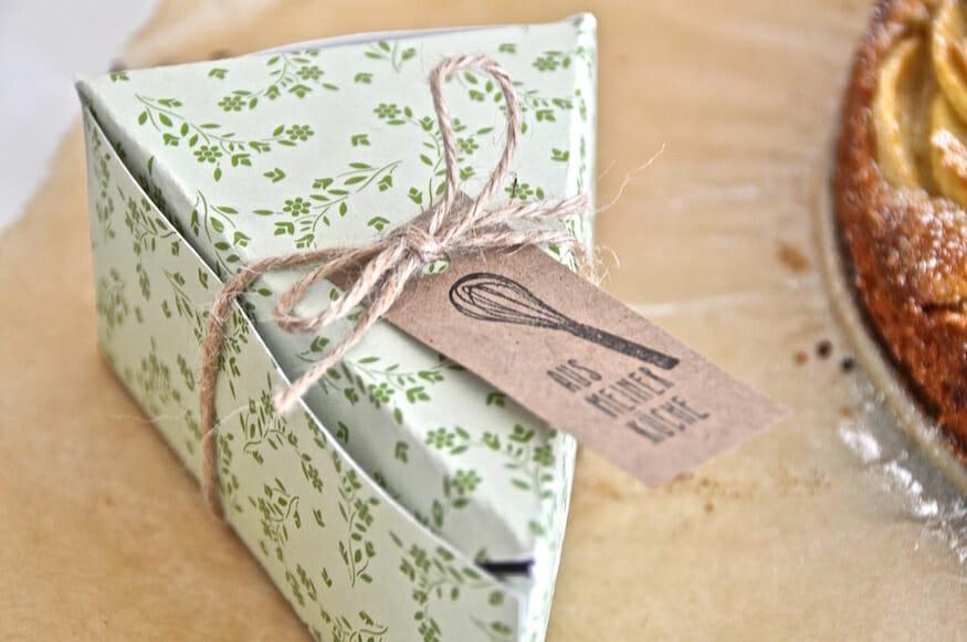 Verpackung für ein Kuchenstück vom saftigem Apfelkuchen