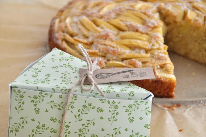 Verpackung für ein Kuchenstück vom saftigem Apfel Kuchen